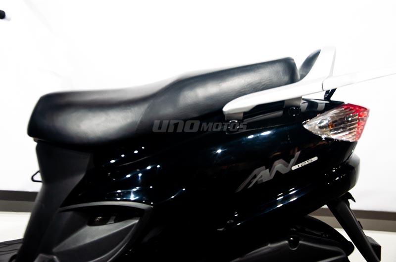 Moto Suzuki AN 125 Scooter Negro